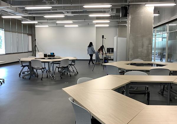 創客空間:「創客空間」的座位區,備有投影設備與移動式桌椅,支援師生討論、分享與互動。