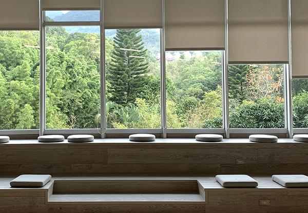 坐墊休憩區:三樓學習共享區旁靠窗處的坐墊休憩區,適合獨自閱讀與思考。