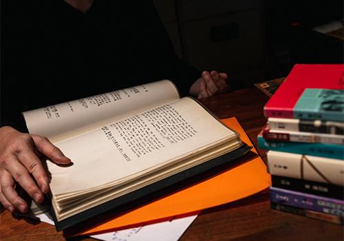 姚瑞中翻閱當年自己的手寫論文稿