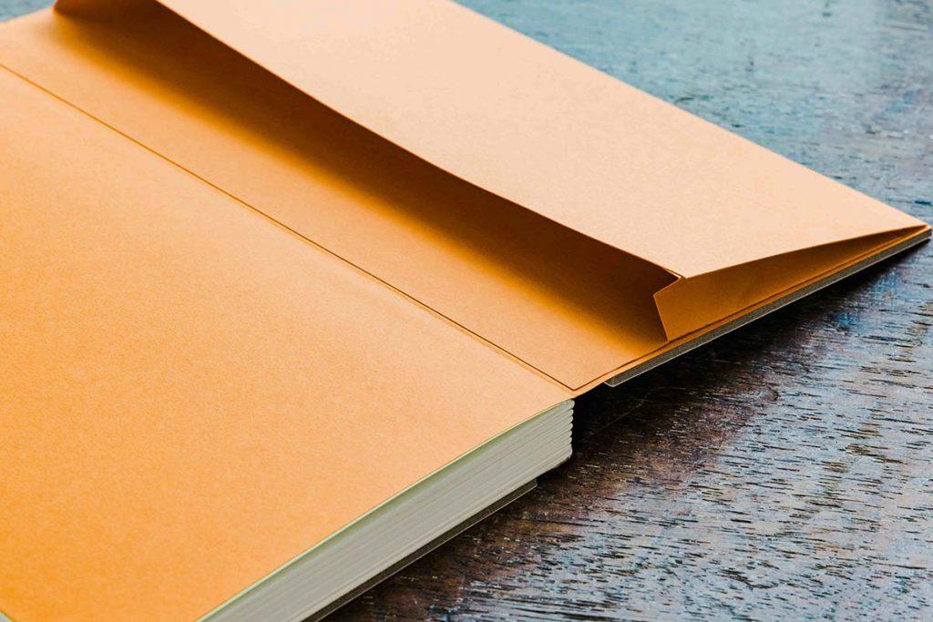 手帳封底附側開口袋,給票根小物溫暖的家。
