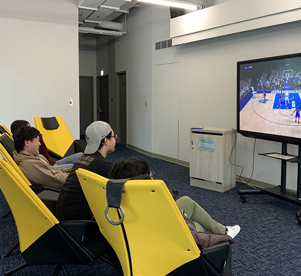 PS4與VR遊戲區:在「PS4與VR遊戲區」,只要記下遊戲號碼、向櫃檯借用遊戲搖桿,就可與好友體驗遊戲的刺激。