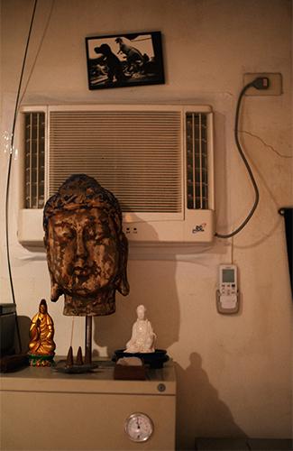 姚瑞中工作室角落收藏着一尊佛陀的脸像